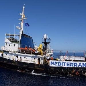 Migranti, la battaglia navale nel Mediterraneo, così si ostacola il lavoro delle Ong