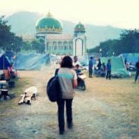 """Indonesia, si scava sotto le macerie. Il cooperante sul campo: """"Migliaia"""