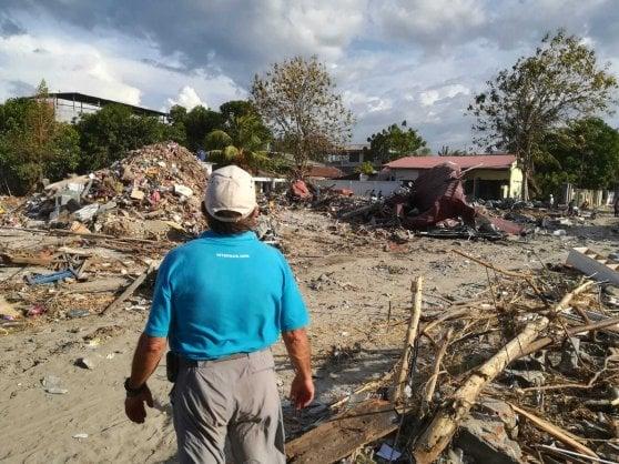 """Indonesia, si scava sotto le macerie. Il cooperante sul campo: """"Migliaia senza assistenza in condizioni disperate"""""""