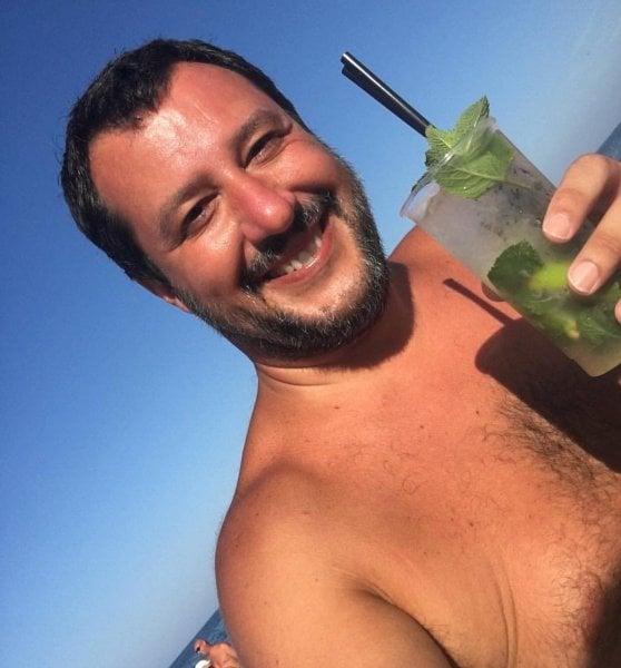 """L'attacco di Salvini sui """"selfie svestiti"""". Ma il recordman è proprio lui"""