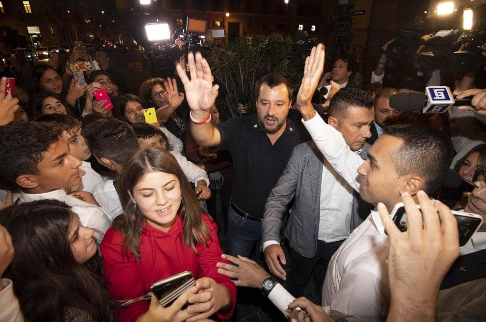 Di Maio e Salvini davanti a palazzo Chigi, tra Manovra e selfie con gli studenti