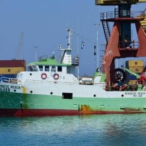Motovedette della Guardia costiera libica sparano su due pescherecci italiani: equipaggi sotto sequestro