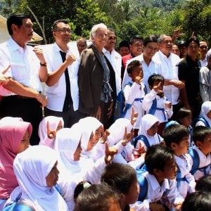 Il presidente del Fondo Monetario Internazionale Christine Lagarde in visita nei giorni scorsi a Lombok, in una delle zone più colpite dal terremoto che ha sconvolto il Paese.