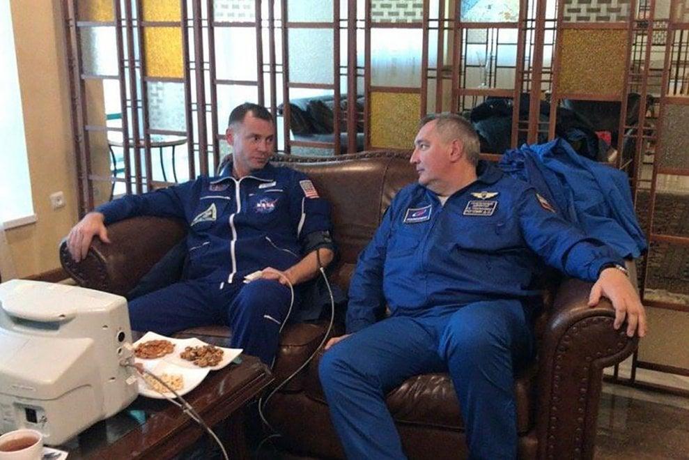 Soyuz, i due astronauti prima e dopo l'atterraggio di emergenza