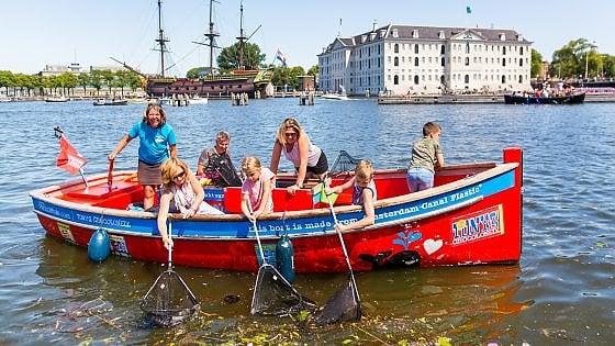 Amsterdam, i turisti pagano per pescare plastica nei canali