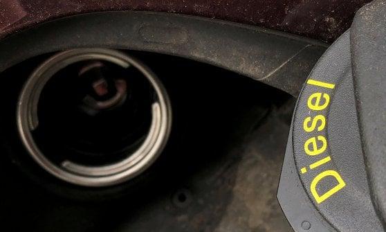 """Bollini per la benzina: auto e distributori ora """"parlano"""" così"""