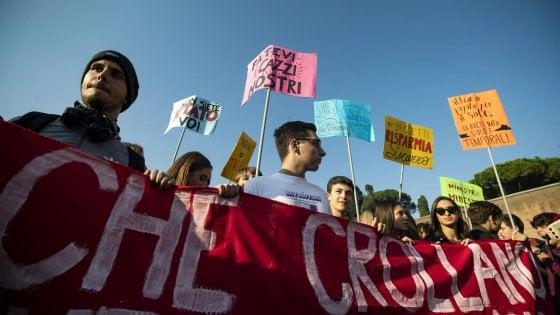 Scuola, studenti in piazza in tutta Italia. A Torino bruciati manichini di Salvini e Di Maio