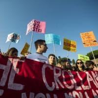 Scuola, studenti in piazza in tutta Italia. A Torino bruciati manichini di Salvini e Di...