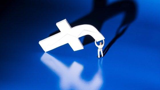 """Facebook fa pulizia: chiusi centinaia di profili per """"spam politico"""""""