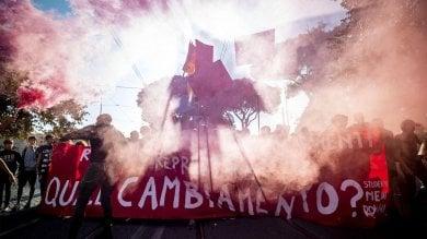 Studenti in piazza in tutta Italia. A Torino bruciati manichini di Salvini e Di Maio   foto
