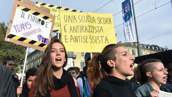 """Manichini bruciati, Salvini: """"È schifoso"""". Di Maio: """"Non perseguire per vilipendio le ragazze denunciate"""""""