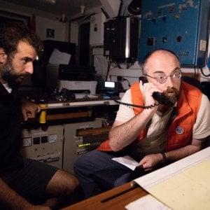 Barcone in avaria con 70 persone al largo di Lampedusa: l'Italia prima dice no, poi interviene