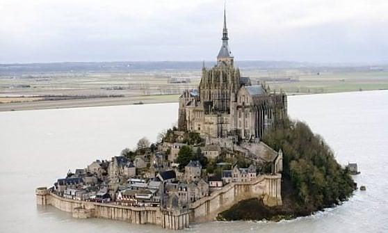 """Mont-Saint-Michel: stop ai pediluvi dei pellegrini. """"L'acqua costa, la paghiamo noi"""""""