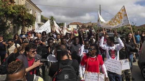 Migranti, il Viminale cancella il modello Riace: saranno tutti trasferiti
