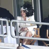 Joan Collins, il look della diva: stole, cappelli e spalline per la regina del glam&kitsch
