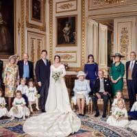 Foto di famiglia e quel bacio in bianco e nero: gli scatti ufficiali delle nozze della...