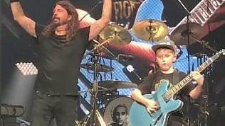 A 10 anni suona i Metallica con i Foo Fighters: tutti a bocca aperta