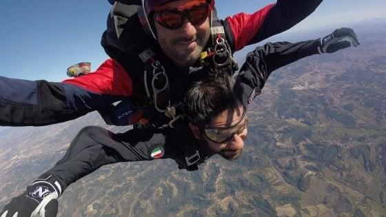 """Difesa, Tofalo si lancia con il paracadute: """"Voglio dare segnale di vicinanza ai parà del Tuscania"""""""