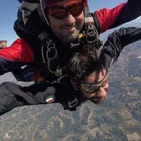 Difesa, Tofalo si lancia con il paracadute: