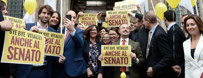"""Vitalizi, via libera del taglio al Senato. Festa dei 5 Stelle. Di Maio: """"Ora tocca alle Regioni"""""""