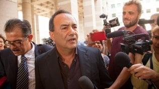 Revocati i domiciliari al sindaco Mimmo Lucano: divieto di dimora a Riace