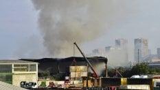 Incendio a Milano nel deposito di rifiuti in Bovisasca, attivata una