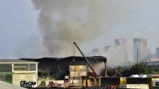 Incendio rifiuti, l'odore acre ristagna ancora sopra Milano: terzo giorno di disagi
