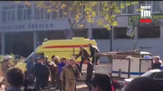 Crimea, bomba all'università: le prime ambulanze e gli agenti sul luogo dell'esplosione