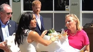 Regala mazzo di fiori a Meghan:  Harry 'sgrida' il giornalista