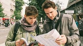 Altro che smartphone: gli italiani preferiscono la vecchia guida e stampano la carta di imbarco