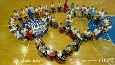 Sport per tutti: i campioni paralimpici in campo per allenare bambini disabili
