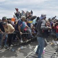 Carovana dei migranti verso gli Usa, in migliaia sfondano i cancelli ed entrano in Messico