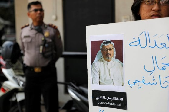 "Caso Khashoggi, alto funzionario saudita al New York Times: ""Ha tentato la fuga, strangolato"""