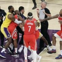 Basket, Nba: LeBron e i Lakers si arrendono a Houston. Jokic come Chamberlain