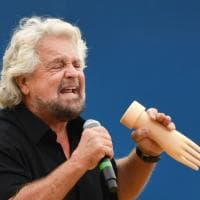 """'Italia 5 stelle', Grillo show: sul palco con la """"manina"""""""