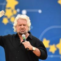 """Italia a 5 Stelle, Conte sul palco: """"Avanti fino al 2023"""". Grillo attacca il Quirinale e..."""