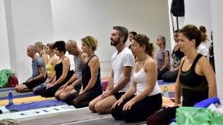 Meditazione e asana di gruppo allo Yoga Festival di Milano