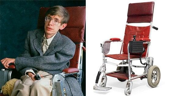 All'asta i beni di Stephen Hawking: tesi, studi scientifici e una sedia a rotelle
