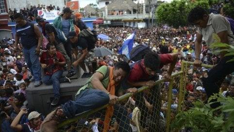"""Carovana dei migranti, in 7.000 hanno """"sfondato"""" frontiera Messico Foto"""