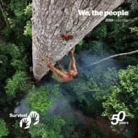 Mezzo secolo di lotte al fianco dei popoli indigeni: gli scatti d'autore per il calendario di Survival international