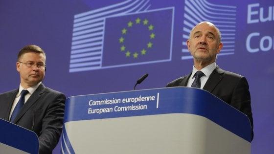 Il vicepresidente della Commissione europea, Valdis Dombrovskis, e in primo piano il commissario agli Affari europei, Pierre Moscovici