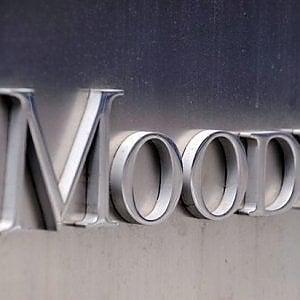 Moody's declassa 12 banche italiane, Eni e Poste e molte altre