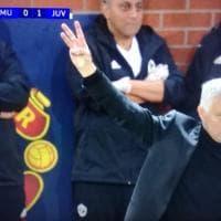 Cori tifosi Juve contro Mourinho, e lui risponde con il gesto del Triplete