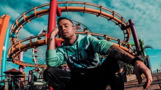 Cade dall'aereo mentre gira un video: morto il rapper Jon James