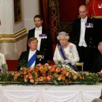 La regina Elisabetta rompe il protocollo e