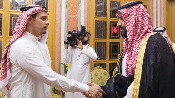 Mohammed Bin Salman stringe la mano al figlio di Khashoggi: la polemica sui social