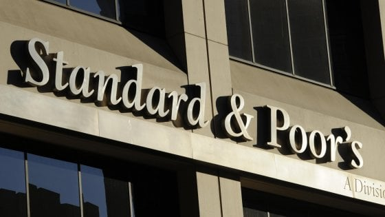 Standard & Poor's conferma il rating dell'Italia a BBB ma l'outlook diventa negativo