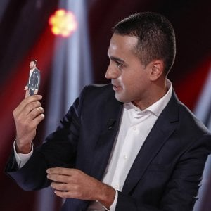 Di Maio con una statua di Salvini