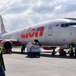 Indonesia, aereo cade in mare dopo il decollo: 189 morti, c'è anche un italiano