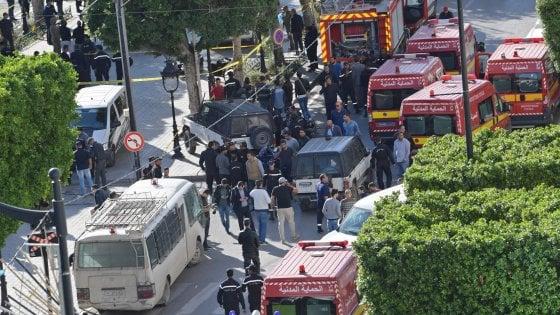 Tunisi, donna kamikaze contro la polizia: almeno nove feriti